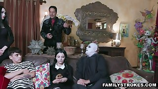 Spooky (step) family cosplay 4 halloween is a must!